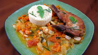 Côte de porc : Assiette de côtes de porc et son sauté de tomates