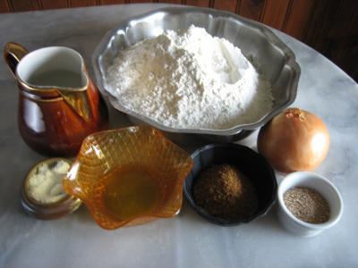 Ingrédients pour la recette : Pain aux oignons en forme de tortue