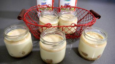 yaourt nature : Pots de yaourts caramélisés aux bananes