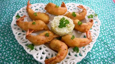 beignets salés : Assiette de beignets de crevettes ou gambas