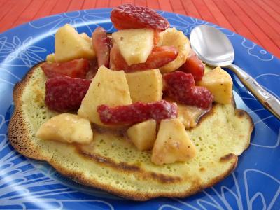 Recette Dans l'assiette un blinis avec une salade de fraises et de fruits
