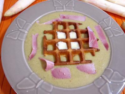Cuisine diététique : Assiette de mâche en velouté et sa gaufrette à la mozzarella