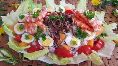 Image : Grande assiette d'encornets et gambas en salade