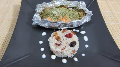 Cuisson en papillote : Assiette de papillotes de pavés de saumon et son riz aux fruits secs
