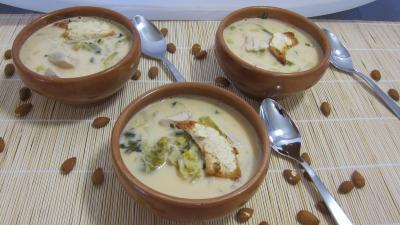 Cuisine diététique : Bols de soupe de poulet au lait d'amandes et de noix de coco