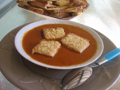 Image : Assiette de crème de tomates et haricots verts
