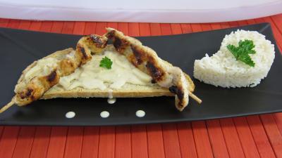 Image : Assiette de toasts de poulet et sa sauce aux cacahuètes