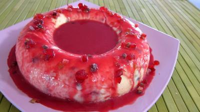 Image : Assiette du gâteau de semoule au coulis de framboises